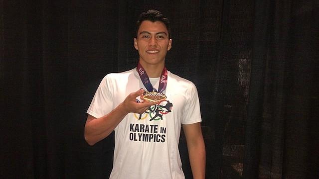 MEDALLA. Mario Edgardo López posa con la medalla de oro que ganó en el US Open.