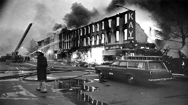 En la calle H de Washington, solo los frentes de las tiendas permanecieron en pie después de los disturbios de 1968.