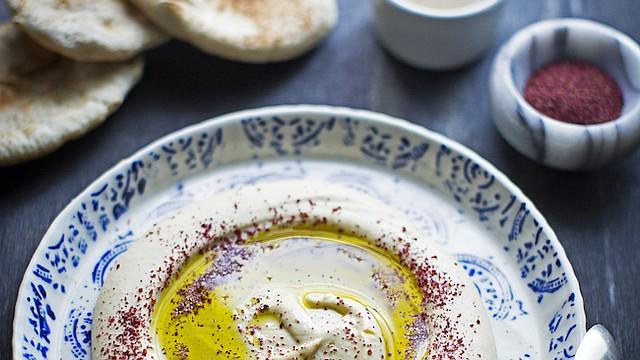 HUMMUS. ¡La parte más divertida es adornar el plato! Existen varias opciones para decorar su plato incluyendo un poco de aciete de oliva y paprika.
