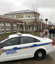 Después del tiroteo en la escuela Great Mills High School, los estudiantes fueron trasladados al Dr. James A. Forrest Career & Technology Center en Leonardtown para ser recogidos por sus padres. La policía acordonó el lugar.