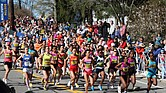 Grupo de mujeres de élite corriendo en el maratón de Boston