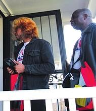 PUERTA A PUERTA. Jonathan Hernández (izq.) y Félix Kala tocan puertas el 10 de abril en Hyattsville, Maryland, entregando propaganda sobre las elecciones.