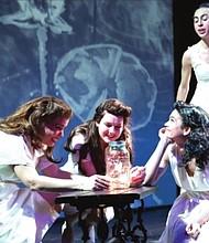 MARIPOSAS. De izq. a der. Lorena Sabogal, Catherine Nuñez, Alina Robert, y Inés Domínguez del Corral.