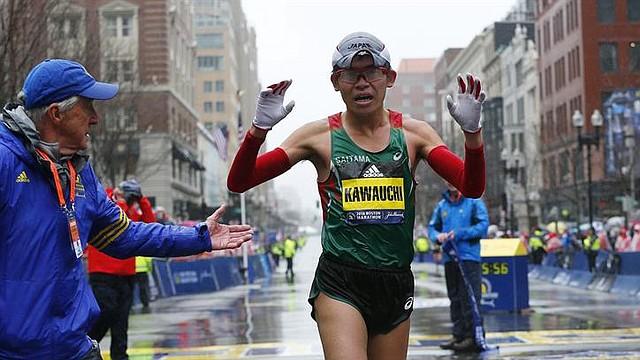 El japonés Yuki Kawauchi cruza la línea de meta para ganar la edición número 122 del Maratón de Boston, Massachusetts, EE.UU., el 16 de abril del 2018.