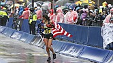 La estadounidense Des Linden cruza la línea de meta para ganar la edición número 122 del Maratón de Boston, Massachusetts, el 16 de abril del 2018.