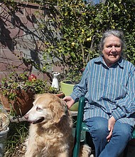 Inez Shakman vive en Ventura, California, y fue diagnosticada recientemente con enfermedad pulmonar obstructiva crónica (EPOC). Pasea a su perro, Joy, cuando puede, pero le falta el aliento con facilidad.