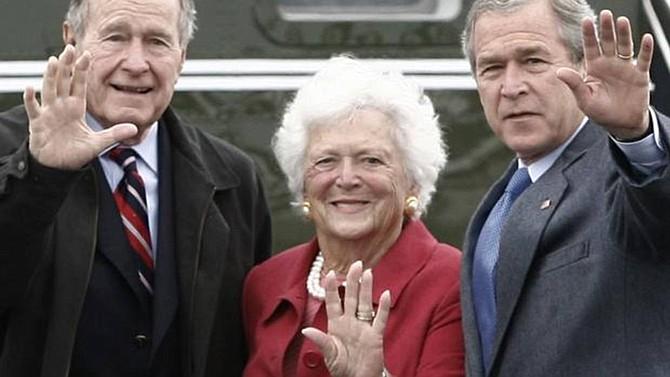Barbara Bush, con su esposo e hijo, ambos expresidentes de EEUU