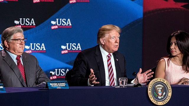 El presidente Trump, en el centro, habla mientras Maximo Álvarez, presidente de Sunshine Gasoline Distributors, a la izquierda, e Irina Vilarino, propietaria de Las Vegas Cuban Cuisine, escuchaban durante una mesa redonda sobre reducciones de impuestos para pequeños negocios de la Florida.