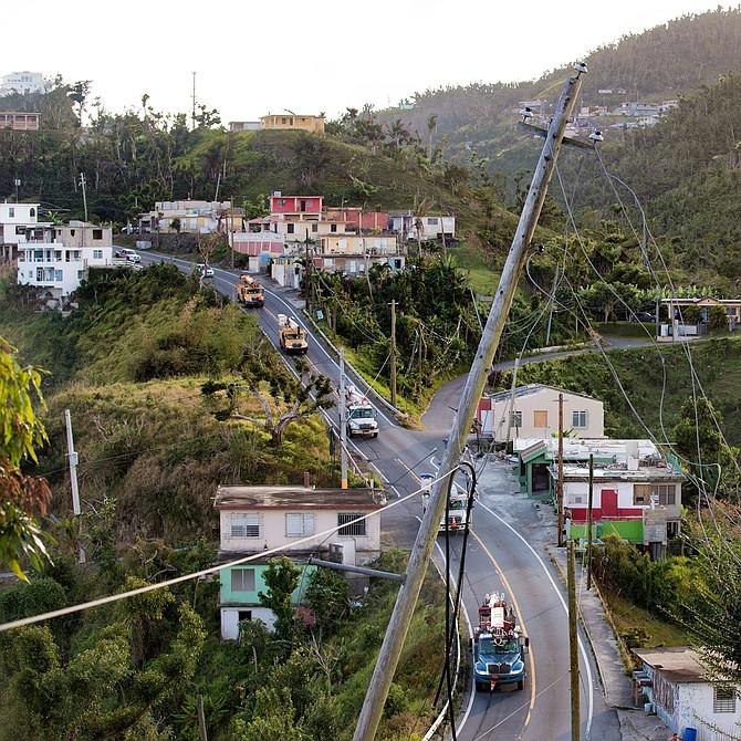 Postes luz inclinados y cables caídos son algo frecuente en poblaciones de Puerto Rico, después del huracán María.