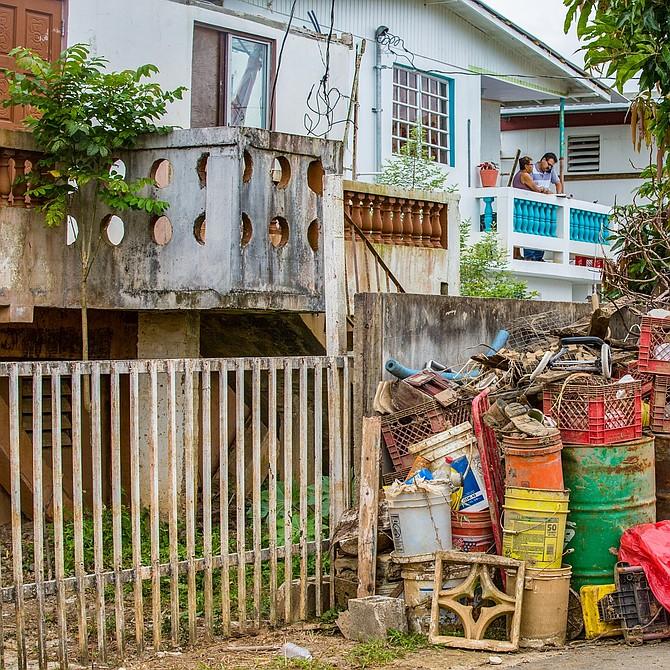 En los vecindarios de Yabucoa y Toa Baja es común ver casas que están siendo reparadas y de las cuales se remueven escombros. Aquí material, escombros y basura acumulada afuera de una vivienda.