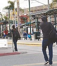 Aunque el señalamiento define la zona legal de cruce, como se advierte en la gráfica, los peatones no cruzan por las vías ni dan vuelta a la izquierda.