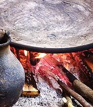 La Organización Mundial de la Salud previene contra el uso de maderas y carbón al cocinar. Foto: marcobeteta.com.