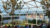 Representación teatral al aire libre en la zona del puerto de Chelsea, MA