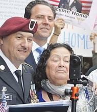 Un momento muy emotivo vivió Héctor Barajas al lado de sus padres: Margarita y Natividad Barajas.(Horacio Rentería/El Latino San Diego).