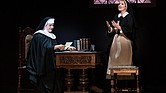 "Lauren Kidwell interpreta a Mother Abbess y Jill-Christine Wiley a Maria Rainer en el musical de Broadway ""The Sound of Music"""