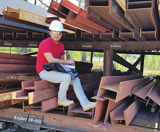 ESFUERZO. Porfirio trabaja a tiempo completo en construcción y estudia en el Northern Virginia Community College.