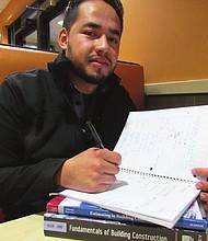 ADMINISTRACIÓN. Porfirio estudia Administración en Construcción y trabaja a tiempo completo.