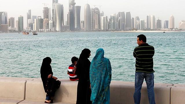 Grúas de construcción en el paisaje urbano de Doha, Qatar.