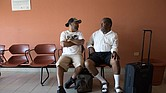 Desde que el huracán María arrasó con el hospital de Vieques y el centro de diálisis, Joe García y Radamés Cabral Trinidad han tenido que recibir el tratamiento renal que los mantiene vivos en la isla principal de Puerto Rico. Tiene que volar tres veces por semana a este aeropuerto en Ceiba. Sus maletas tienen frazadas, almohadas y chaquetas para que estén cómodos durante la diálisis.