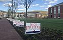 Propaganda de Nick Freitas cerca de Liberty University, donde se produjo el primer debate electoral.