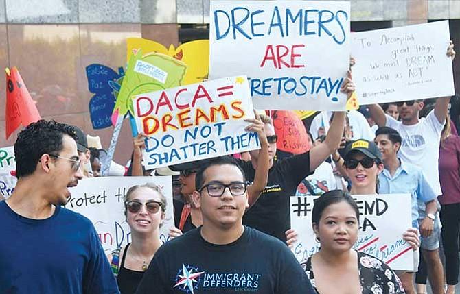 Juez ordena reactivar DACA y aceptar nuevos 'dreamers'