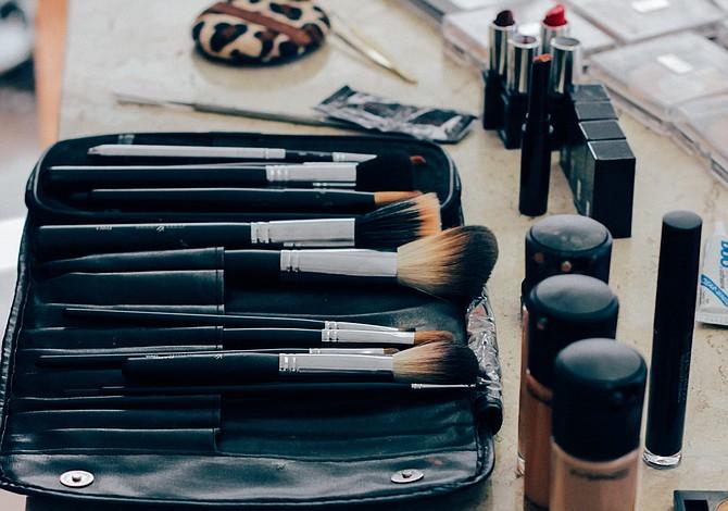 Estos son los productos esenciales que tu bolso de maquillaje debe tener