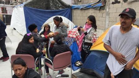 Agentes de EEUU han atendido a más de 150 miembros de caravana que pide asilo