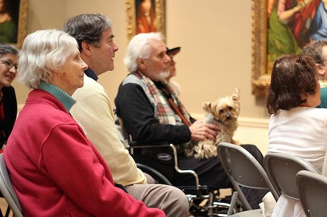 Marie Fanning (izq.) al lado de su marido, Bill, durante una sesión del programa Just Us en la National Gallery of Art, en Washington, D.C., el 5 de marzo. Marie, quien tiene Alzheimer, y Bill, participan regularmente del programa