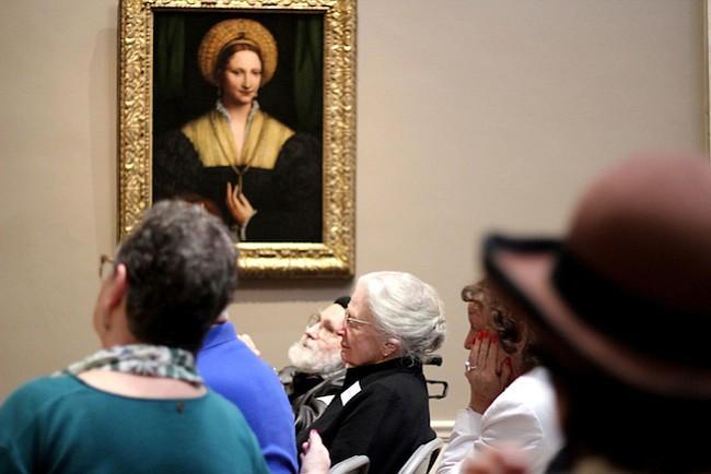 ¿Cuidas a un ser querido enfermo o viejito? Un programa del gobierno te ayuda con arte