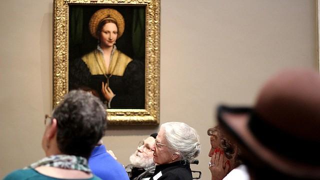 Investigaciones sobre los programas como Just Us han encontrado que analizar y discutir sobre obras de arte ayuda a las personas con Alzheimer a combatir la apatía, y a reducir el estrés y el aislamiento de los cuidadores.