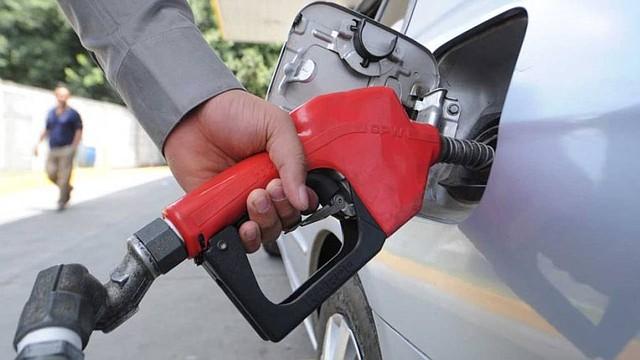 ECONOMÍA. Salvadoreños deberán pagar a partir de mañana nuevo precio del combustible