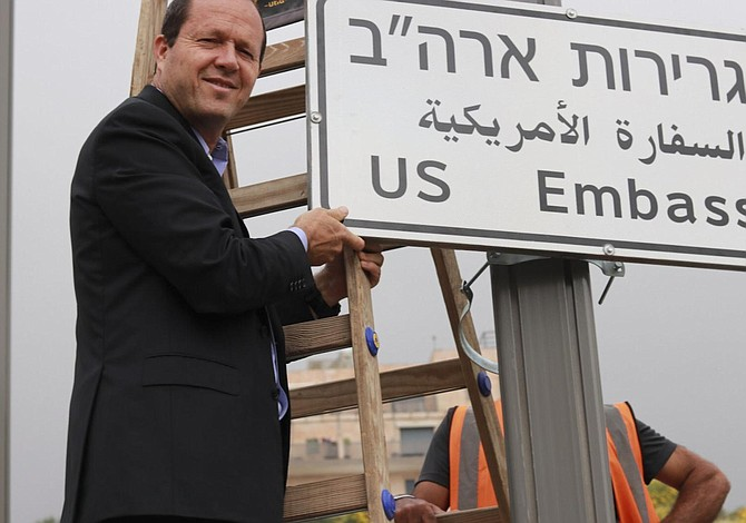 Se cuelgan las señales de carretera de la embajada de EE.UU. en Jerusalén
