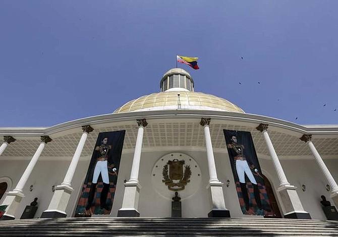 """Parlamento venezolano acusa que viaje de Maduro a China es para """"evitar el default"""""""