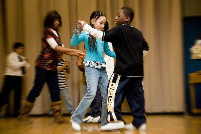 Jóvenes del programa Ritmo en Acción de Hyde Squre Task Force bailan para sus compañeros de clase, maestros y miembros de la familia.