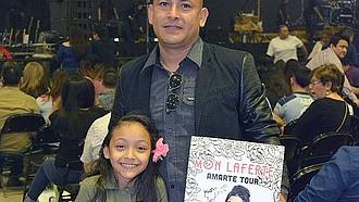 FELIZ. Camila Herrera de 8 años en la presentación de Juanes y Mon Laferte.