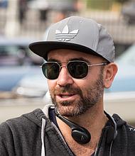 El director Ricardo de Montreuil en el set de 'Lowriders'.
