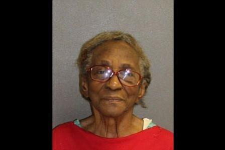 Arrestada abuela de 95 años por pegarle con chancleta a su nieta de 46