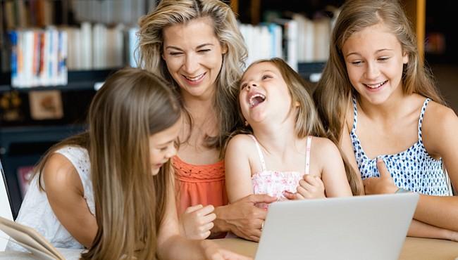 Las madres de hoy en día pueden sentirse en necesidad de optimizar más su tiempo para mejorar el rendimiento en las tareas del hogar, la crianza de sus hijos y el trabajo.