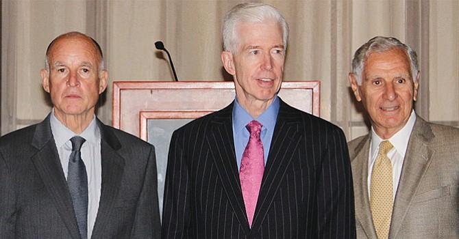 De izquierda a derecha: El gobernador Jerry Brown y los ex gobernadores Gray Davis y George Deukmejian. Foto-Cortesía. Wikipedia.org