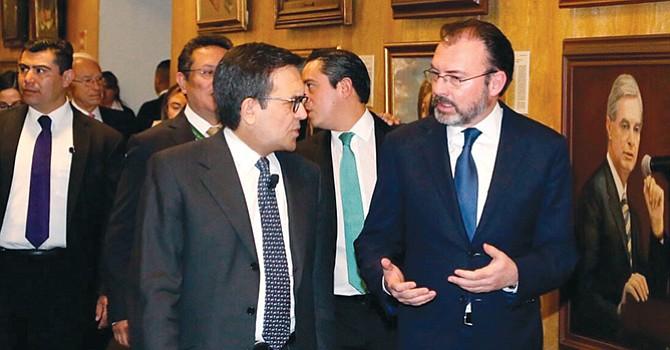 Los ministros mexicanos Ildefonso Guajardo  a la (izquierda) y Luis Videgaray  (a la derecha) en torno a las negociaciones comerciales del TLCAN. Foto-Cortesía: astrolabio.com.mx
