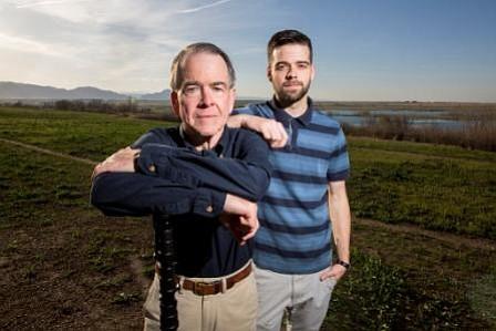 Chuck Woodard (izq.) y su hijo Jeff Woodard posando cerca de Stanley Lake en Arvada, Colorado. Después que un accidente de equitación lo dejara con costosas cuentas de hospital, Jeff se preocupó porque la disputa por los pagos afectara su historial de crédito.