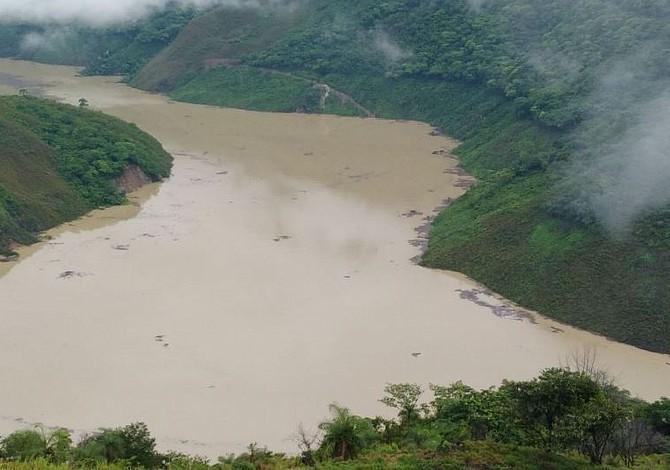 Habitantes en noroeste de Colombia son evacuados por crecida de río