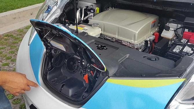 Detalle de los dos tomas, uno para recarga rápida y otro para recarga lenta. También se aprecian el motor y otros componentes.
