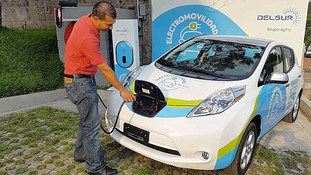 INNOVACIÓN. Para cargar el vehículo se le conecta un cable, según lo muestra el jefe de la Unidad de Planificación de Del Sur, Fernando Godoy