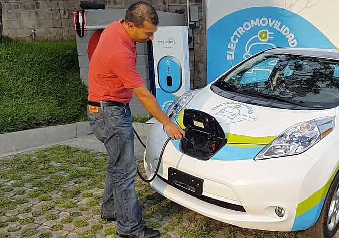 Llegó a El Salvador el primer auto eléctrico con fines comerciales