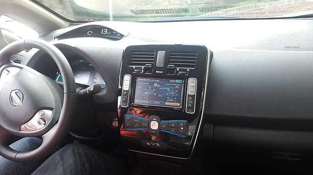 La pantalla del modelo ofrece información útil, como cuántos kilómetros quedan por recorrer antes de que se agote la batería, la temperatura del climatizador y otros datos.