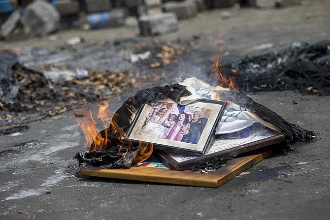 NICARAGUA - Una fotografía con la imagen de la vicepresidenta de Nicaragua Rosario Murillo es quemada durante una protesta contra el gobierno de Daniel Ortega, el sábado 12 de mayo de 2018, en la ciudad de Masaya.