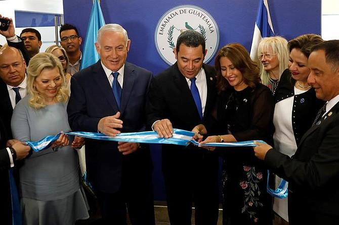 JERUSALÉN - El primer ministro israelí, Benjamin Netanyahu (c-izq), acompañado de su esposa Sara (izq), el presidente de Guatemala, Jimmy Morales (c-dcha), y su esposa Hilda Patricia Marroquin (3-R) inauguran la Embajada de Guatemala en Jerusalén, el 16 de mayo de 2018.
