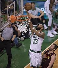 Marcus Morris de los Boston Celtics reacciona contra los Cleveland Cavaliers anota dos puntos imponiéndose a Kevin Love de los Cleveland Cavaliers (der. abajo) durante un partido de las finales de la Conferencia Este de la NBA el martes 15 de mayo en el TD Garden.