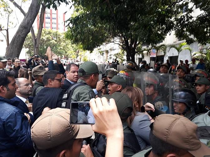 VENEZUELA. Luego de los hechos violentos, los periodistas entraron al Parlamento y se realizó la sesión, en la que la AN tildó de simulacro las elecciones presidenciales